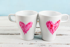 De mokken van de paarkoffie met harten met lippenstift worden geschilderd die Royalty-vrije Stock Fotografie