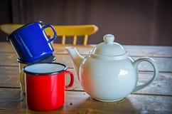 De mokken van de tinkoffie en een theepot Royalty-vrije Stock Foto