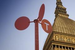 De Mol Antonelliana van Turijn en toerismesignage Stock Foto