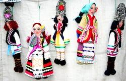 De Moldovische poppen in de nationale kostuummens en een vrouw Stock Fotografie