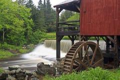 De Molen en de Waterval van Vermont Stock Foto's