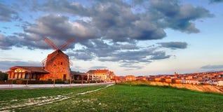 De molen van Aixerrota bij zonsondergang Royalty-vrije Stock Foto's