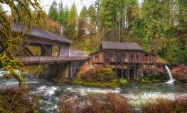 De Molen van Cedar Creek Covered Bridge en van het Maalkoren Royalty-vrije Stock Foto's
