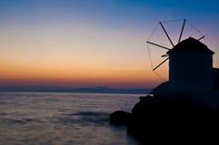 De molen van de wind bij zonsondergang Royalty-vrije Stock Foto