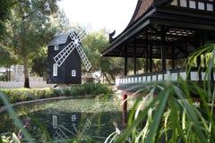 De molen van het meer en van de wind Stock Fotografie