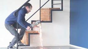 De de molenarbeider van het machtshulpmiddel snijdt metaalvonken stock videobeelden