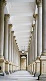De molencolonnade (Mlynska-kolonada) in Karlovy varieert, Tsjechische Republiek Stock Fotografie