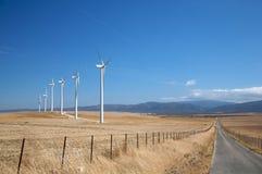 De molens van de weg en van de energie Stock Foto's