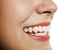 De mond die van de vrouw tonend tand glimlacht Stock Foto's