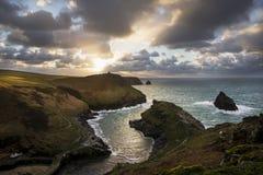 De mond van de Boscastlehaven op een bewolkte de herfstmiddag, Cornwall, het UK royalty-vrije stock foto