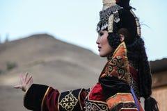 De Mongoolse vrouw in medicijnman en heksenkostuum danst op stadium in de bergen Tyvavolksdansen stock afbeeldingen