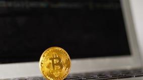 De Monitor en het Glanzen Bitcoin van de stroomnadruk op Voorgrond stock videobeelden