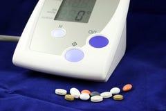 De Monitor van de Bloeddruk op Blauwe Achtergrond stock foto