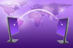 De monitors met wereld brengen op purple in kaart Stock Fotografie
