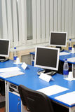 De monitors van de computer in de studieruimte stock afbeelding