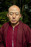 De monnik bij doet Drul Chorten Stupa Royalty-vrije Stock Foto's