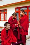 De monnik bij doet Drul Chorten Stupa Royalty-vrije Stock Afbeeldingen