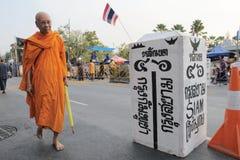 De monnik gaat een onechte grens bij een protest van Bangkok over royalty-vrije stock afbeelding