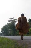 De monnik ging op de weg terug Stock Foto's