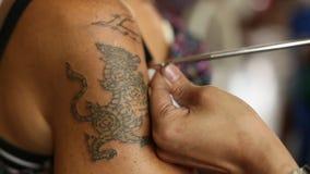 De monnik maakt traditionele Yantra tatoeërend tijdens Wai Kroo Master Day Ceremony stock video
