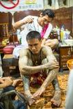 De monnik maakt traditionele Yantra tatoeërend tijdens Wai Kroo Master Day Ceremony Stock Afbeelding