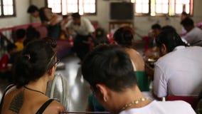 De monnik maakt traditionele Yantra tatoeërend tijdens Wai Kroo Master Day Ceremony stock videobeelden