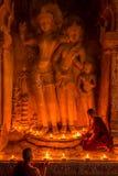 De monnik in de oude stad van Bagan bidt een standbeeld van Boedha royalty-vrije stock foto