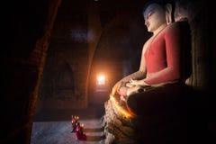 De monnik in de oude stad van Bagan bidt een standbeeld van Boedha royalty-vrije stock fotografie