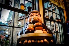 De Monnik Statue van de doughnutkoffie Stock Foto's