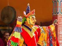 De monnik voert een gemaskeerde en gekostumeerde heilige dans van Tibetaanse Budd uit stock foto's