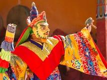 De monnik voert een gemaskeerde en gekostumeerde heilige dans van Tibetaanse Budd uit royalty-vrije stock foto's