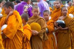 De monnik wachtte op recive voedsel royalty-vrije stock afbeeldingen