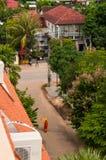 De monnik Walking in de Straat in Siem oogst, Kambodja, Indochina tijdens de dag stock afbeeldingen