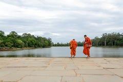 De monniken bij de tempel van Angkor Wat in Siem oogsten, Kambodja Stock Afbeelding