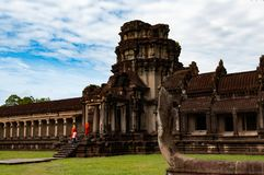 De monniken die in Angkor Wat, Siem lopen oogsten, Kambodja, Indochina royalty-vrije stock afbeeldingen