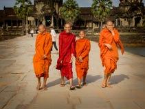 De monniken lachen in Angkor Wat Stock Afbeeldingen