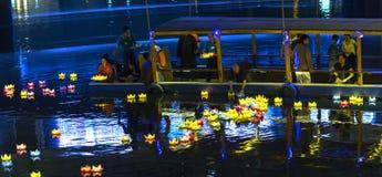 De monniken laten vallen lantaarns op rivier Stock Foto's