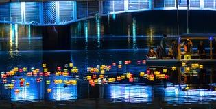 De monniken laten vallen lantaarns op rivier Royalty-vrije Stock Afbeeldingen