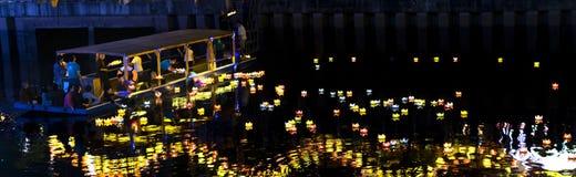 De monniken laten vallen lantaarns op rivier Stock Foto