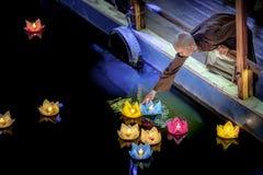 De monniken laten vallen lantaarns op rivier Stock Fotografie