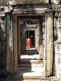 De monniken lopen door gangen in Bantaey Kdei, Kambodja Stock Afbeelding