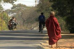 De monniken lopen op de straat royalty-vrije stock afbeelding