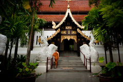 De monniken lopen in tempel. Royalty-vrije Stock Foto's