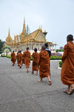 De monniken reizen Royal Palace in Phnom Penh, Kambodja Stock Afbeelding