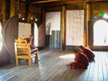 de monniken van Boedha in een tempel in Vietnam royalty-vrije stock afbeeldingen