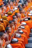 De monniken van Yong bidden stock foto