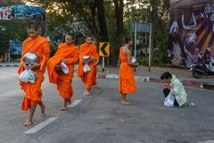 De monniken verzamelen schenkingen in Chiang Mai, Thailand Royalty-vrije Stock Foto