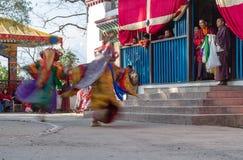De monniken voeren gemaskeerde en gekostumeerde dans van Tibetaans Boeddhisme tijdens het Cham-Dansfestival uit Dansers vage moti royalty-vrije stock afbeelding