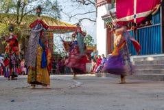 De monniken voeren gemaskeerde en gekostumeerde dans van Tibetaans Boeddhisme tijdens het Cham-Dansfestival uit Dansers vage moti royalty-vrije stock afbeeldingen