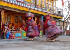De monniken voeren gemaskeerde en gekostumeerde dans van Tibetaans Boeddhisme tijdens het Cham-Dansfestival uit Dansers vage moti stock foto's